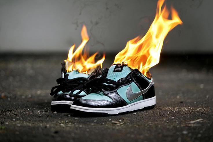Один из пользователей продемонстрировал кроссовки, которые при нагревании меняют свой цвет