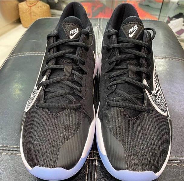 Новая черно-белая расцветка Nike Zoom Freak 2
