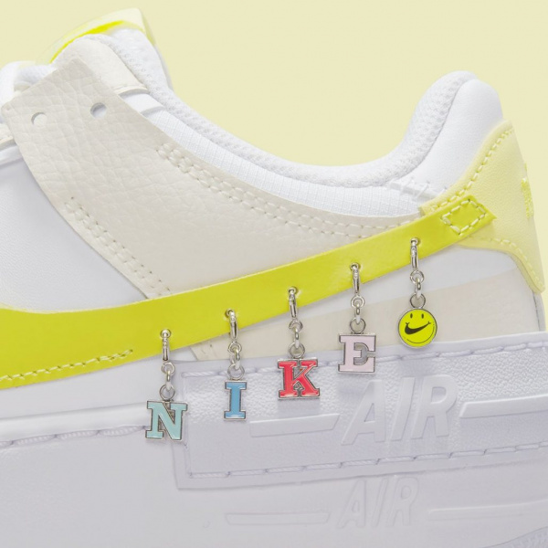 Nike Air Force 1 Shadow «Have a Nike Day» с забавными подвесками на «галочке»
